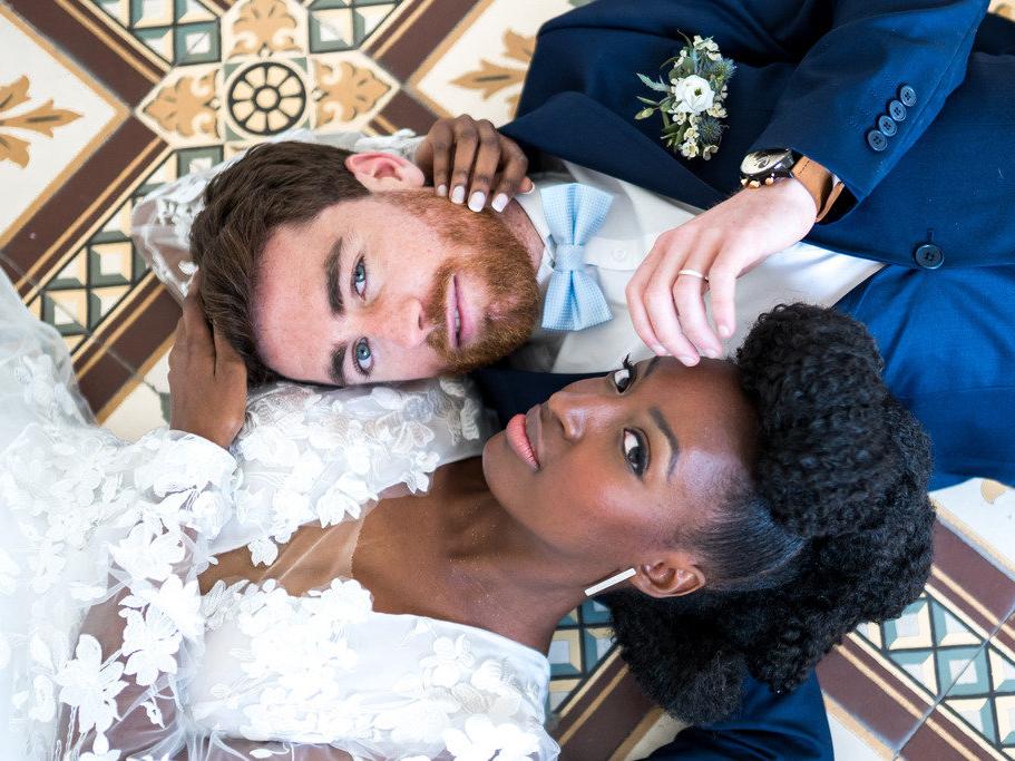 moment câlin des mariés
